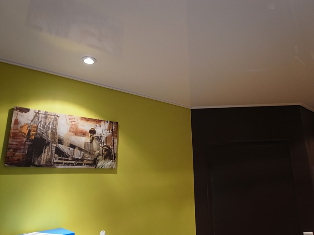 Chambre ado serge frehel morbihan 56 loire atlantique 44 for Peinture mur blanc laque