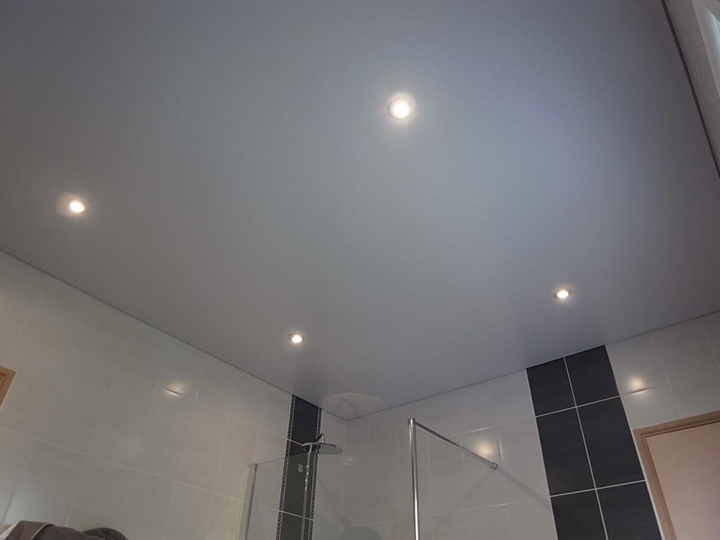 Salle de bain, plafond tendu satiné avec spots