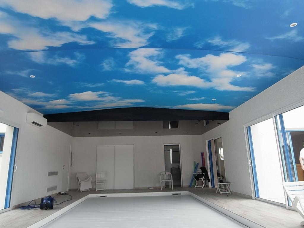 Piscine, spa, Plafond imprimé ciel nuageux et plafond tendu laqué noir, Fréhel Déco Loire Atlantique, 44